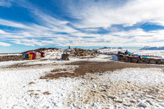 Mercato sulla strada Cusco-Puno vicino al Titicaca, Perù, Sudamerica. Coperta variopinta, cappuccio, sciarpa, panno, ponci da lana Fotografia Stock Libera da Diritti
