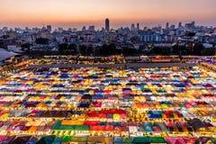 Mercato tailandese colorato di notte Fotografie Stock Libere da Diritti