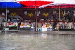 Mercato tibetano variopinto nella pioggia Fotografia Stock Libera da Diritti