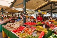 Mercato tradizionale che vende frutta e le verdure sulla città di Venezia, Italia immagine stock libera da diritti