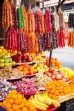 Mercato tradizionale con i frutti e dolci nazionali a Tbilisi, Georgia fotografia stock