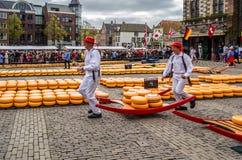 Mercato tradizionale del formaggio olandese a Alkmaar, Paesi Bassi fotografia stock