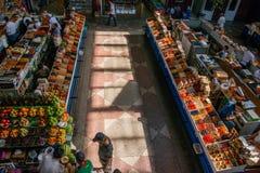 Mercato tradizionale nel Kazakistan con frutta e le verdure Fotografia Stock