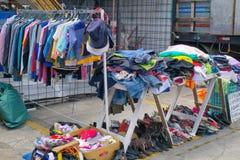 Mercato, vendente i vestiti sulla via, il Sudamerica, Ecuador immagine stock