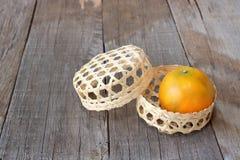 Merce nel carrello arancio sul vecchio fondo del bordo di legno Concetto cinese di festival del nuovo anno Fotografie Stock Libere da Diritti