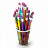 Merce nel carrello colorata delle matite isolata su fondo bianco Immagini Stock