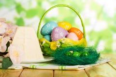 Merce nel carrello colorata delle uova di Pasqua, nido, dessert del formaggio di Pasqua, flusso Immagine Stock Libera da Diritti