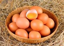 Merce nel carrello cruda delle uova Fotografia Stock
