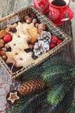 Merce nel carrello dei biscotti della cannella di Natale e due tazze di caffè Fotografia Stock