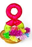 Merce nel carrello dei fiori di carta con il simbolo dall'8 marzo Fotografia Stock