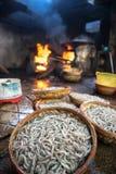 Merce nel carrello del gamberetto prima dell'ebollizione sul fuoco Frutti di mare che elaborano al mercato ittico in Quy Nhon, Vi Fotografia Stock Libera da Diritti