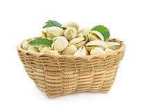Merce nel carrello del pistacchio isolata su fondo bianco fotografie stock libere da diritti