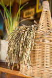 Merce nel carrello del riso sbramato sulla tavola Immagini Stock