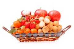 Merce nel carrello della frutta di varietà su bianco Immagini Stock