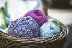 Merce nel carrello della lana, Wolle nel einem Korb Immagini Stock Libere da Diritti