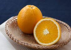 Merce nel carrello delle arance con fondo blu Immagine Stock Libera da Diritti