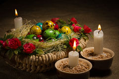 Merce nel carrello delle uova di Pasqua con le candele di Pasqua Immagini Stock Libere da Diritti