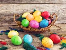 Merce nel carrello delle uova di Pasqua su fondo di legno Immagine Stock Libera da Diritti