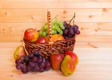 Merce nel carrello di frutta fresca su fondo di legno Fotografia Stock Libera da Diritti
