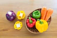 Merce nel carrello di verdure sana messa sulla tavola di legno Immagine Stock