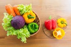Merce nel carrello di verdure sana messa sulla tavola di legno Fotografia Stock