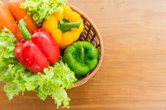 Merce nel carrello di verdure sana messa sulla tavola di legno Fotografia Stock Libera da Diritti