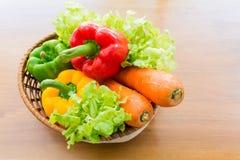 Merce nel carrello di verdure sana messa sulla tavola di legno Fotografie Stock Libere da Diritti