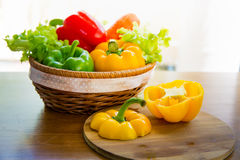 Merce nel carrello di verdure sana messa sulla tavola di legno Immagini Stock