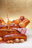 Merce nel carrello dolce dei prodotti del forno Immagine Stock Libera da Diritti