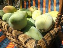 Merce nel carrello dolce fresca del mango Immagini Stock