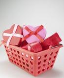 Merce nel carrello a forma di dei contenitori di regalo del cuore Fotografie Stock Libere da Diritti