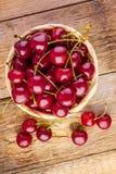 Merce nel carrello fresca delle ciliege su legno Immagini Stock Libere da Diritti