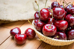 Merce nel carrello fresca delle ciliege sulla tavola Immagine Stock Libera da Diritti