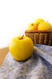 Merce nel carrello fresca delle mele su fondo di legno e sul tovagliolo blu immagine stock libera da diritti