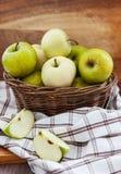 Merce nel carrello fresca delle mele sulla tavola di legno Immagini Stock Libere da Diritti