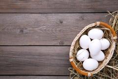 Merce nel carrello fresca delle uova del pollo su fondo grigio fotografia stock