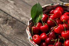 Merce nel carrello fresca dolce delle ciliege su legno Fotografia Stock Libera da Diritti
