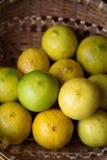 Merce nel carrello gialla del limone con illuminazione naturale Fotografia Stock Libera da Diritti