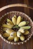 Merce nel carrello gialla della banana con fondo di legno e illuminazione naturale Fotografia Stock Libera da Diritti