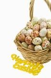 Merce nel carrello macchiata delle uova con il segno felice di Pasqua su fondo bianco immagini stock libere da diritti