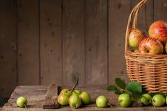 Merce nel carrello matura fresca delle mele sulla tavola di legno d'annata Immagini Stock