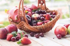 Merce nel carrello mista di frutta fresca Fotografie Stock