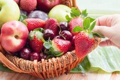Merce nel carrello mista di frutta fresca Fotografie Stock Libere da Diritti
