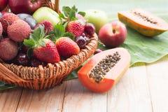 Merce nel carrello mista di frutta fresca Immagine Stock