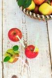 Merce nel carrello organica delle mele, su fondo di legno d'annata bianco fotografie stock libere da diritti