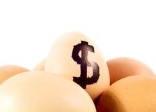 Merce nel carrello piacevole delle uova con il simbolo di dollaro Immagini Stock