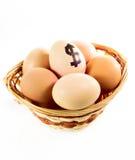 Merce nel carrello piacevole delle uova con il simbolo di dollaro Immagine Stock Libera da Diritti
