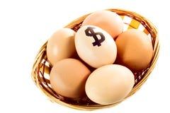 Merce nel carrello piacevole delle uova con il simbolo di dollaro Fotografie Stock