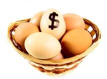 Merce nel carrello piacevole delle uova con il simbolo di dollaro Fotografie Stock Libere da Diritti