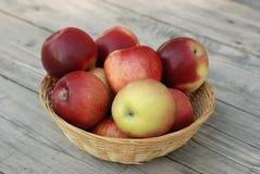 Merce nel carrello rossa delle mele Immagine Stock